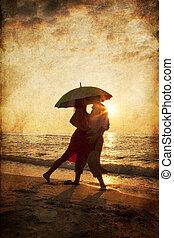 esernyő, fénykép, párosít, kép, alatt, öreg, sunset., tengerpart, style., csókolózás
