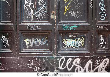 fából való, sok, öreg, ajtók, falfirkálás, ajtók, fekete, fehér, koszos