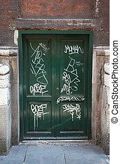 fából való, sok, öreg, ajtók, falfirkálás, ajtók, zöld, fehér, koszos
