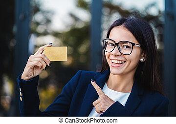 fárasztó, épület, nő, arany, hivatal, hitel, sikeres, kiállítás, korlátlan, suit., szemüveg, háttér., menedzser, fényképezőgép, női szakmabeli, meglehetősen, kártya, néz