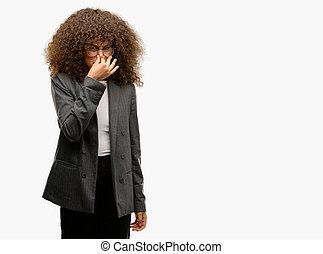 fárasztó, szag, nő, rossz, ügy, büdös, afrikai, ujjak, lélegzet, undorító, valami, birtok, szaglás, nose., amerikai, intolerable, concept., megszagol, szemüveg