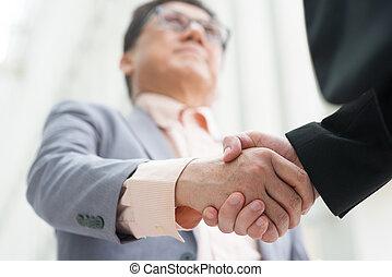 férfiak, kézfogás, asian ügy