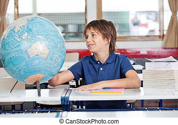 földgolyó, iskolásfiú, kutató, elhelyez, íróasztal