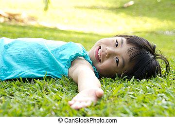fű, fekvő, gyermek