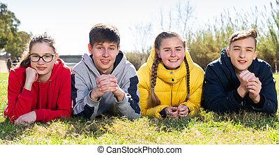 fű, tizenéves, portré, fekvő, liget