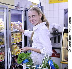 fagyasztott táplálék, woman bevásárol, élelmiszer áruház