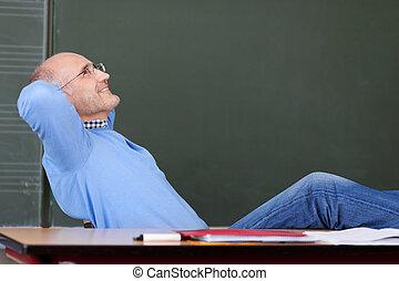 fej, íróasztal, feláll, külső mögött, kézbesít, tanár