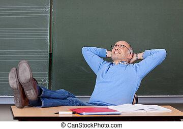 fej, egyetemi tanár, kezezés feláll, külső mögött, íróasztal