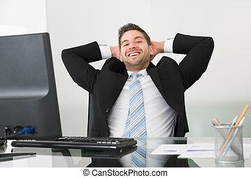 fej, fesztelen, íróasztal, mögött, kézbesít, üzletember