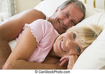 fekvő, mosolygós, párosít, ágy