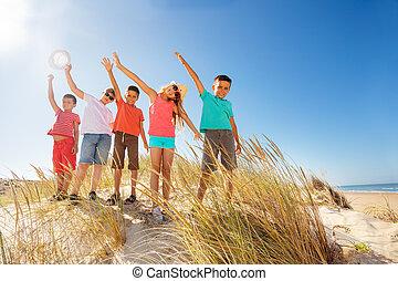 feláll, kézbesít, tengerpart homok, gyerekek, lenget, sok, boldog