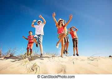 feláll, ugrás, kézbesít, csinos, homok, gyerekek, sok, emelés