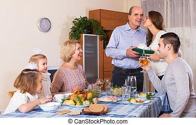 felfogó, család, mosolygós, ajándék, tag