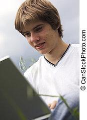 fiú, jegyzetfüzet, mező