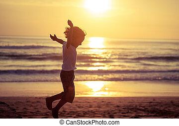 fiú, kevés, ugrás, tengerpart, boldog