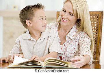 fiú, nő, szoba, fiatal, étkező, könyv, mosolygós, felolvasás