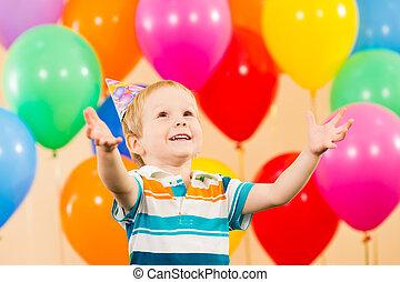 fiú, születésnap, gyermek, fél, mosolygós, léggömb