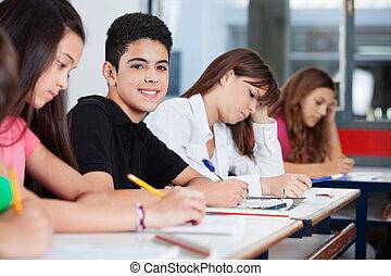 fiú, tizenéves, ülés, íróasztal, barátok