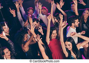 finom, felkelés, kézbesít, klub, divatba jövő, éjszaka, tolong, bájos, tánc, jókedvű, hűvös, egyetértés, sötét, feláll, bent, látogató, zene, kipiheni magát