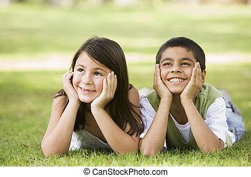 focus), liget, fiatal, két, szabadban, (selective, mosolygós, gyerekek, fekvő