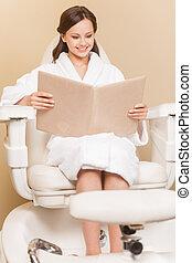 fogadószoba, nő, felfogó, lábápolás, szín, hairdress, fiatal, haj, kóstol, őt ül, salon., frizura