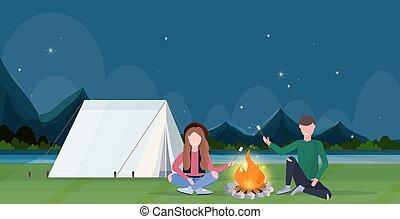 fogalom, mályvacukor, hegyek, cukorkák, utazó, táj, természetjárás, kempingezés, tábortűz, ember, lakás, tele, természet, párosít, sütés, háttér, horizontális, nők, túrázik, sportkocsik, hosszúság, éjszaka