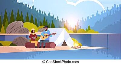 fogalom, természetjárás, barátnő, napkelte, fahasáb, természet parkosít, természetjáró, erdő, hegyek, bágyasztó, ülés, párosít, gitár, háttér, horizontális, ember, sportkocsik, tábor, amerikai, afrikai, folyó, játék