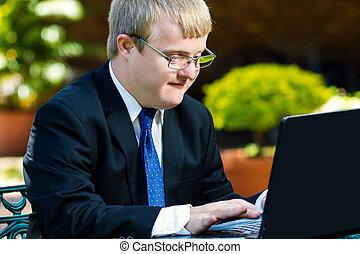fogyatékos, üzletember, laptop., dolgozó, fiatal