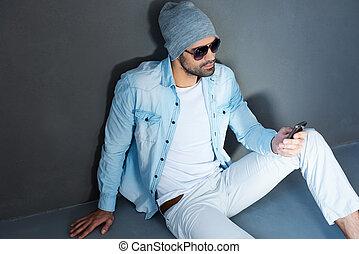 friend., háttér, emelet, mozgatható, tető, ülés, texting, fiatal, ellen, eyewear, szürke, telefon, időz, birtok, kilátás, ember, jelentékeny
