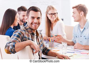 furfangos, ügy, boldog, ülés, team., emberek, kényelmes, jelentékeny, jókedvű, hord, lenni, asztal, látszó, időz, valami, fényképezőgép, fejteget, együtt, kreatív, ember, rész, mosolygós, csoport