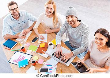 furfangos, ügy, fából való, ülés, íróasztal, emberek, kényelmes, kilátás, work., tető, hord, t, befog, időz, munka, kreatív, mosolygós, csoport