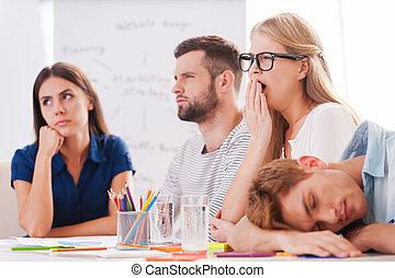 furfangos, emberek, unott, ügy kényelmes, fiatal, el, ülés, unalmas, együtt, asztal, presentation., csoport, látszó, hord, időz