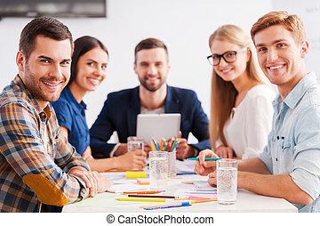 furfangos, magabiztos, emberek ügy, fényképezőgép, kényelmes, ül együtt, kreatív, team., jókedvű, asztal, csoport, látszó, hord