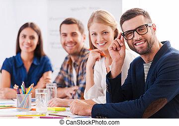 furfangos, magabiztos, emberek ügy, kényelmes, ül együtt, kreatív, team., asztal, mosolygós, csoport, hord
