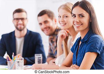 furfangos, mi, magabiztos, emberek ügy, konzerv, kényelmes, ülés, trust., együtt, befog, asztal, mosolygós, csoport, hord, ön