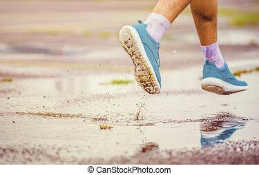 futás, esős időjárás, fiatalember