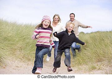 futás, tengerpart, mosolygós, család