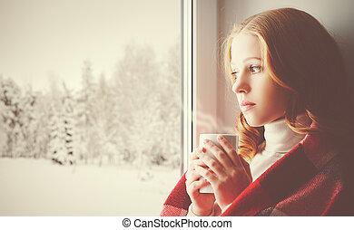 gondolkodó, ital, bús, látszó, ablak, erdő, leány, ki, melegítés, tél
