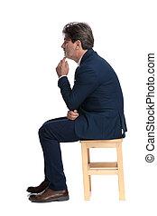 gondolkodó, lejtő, övé, megható, üzletember, ülés, áll, kilátás