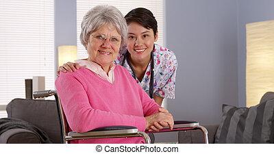 gondozás türelmes, ázsiai, öregedő, mosolygós