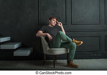 guy., ő, ülés, karosszék, fotográfia, farmernadrág, fal, csizma, fiatal, magas, póló, fekete, durva, háttér, műterem, fehér, throne., napszemüveg, ember