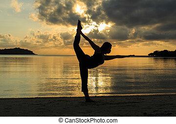 gyönyörű, árnykép, jóga, leány, tengerpart, napkelte