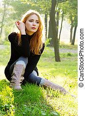 gyönyörű, ősz, hölgy, liget, fiatal