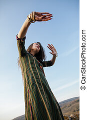 gyönyörű, boho, woman táncol, természet