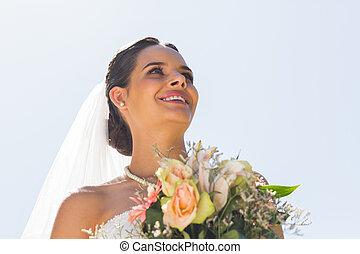 gyönyörű, ellen, menyasszony, mosolygós, tiszta égbolt, csokor