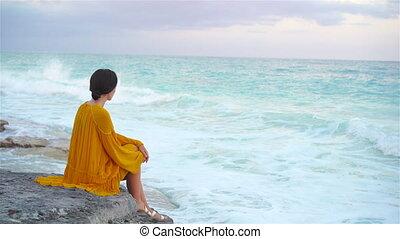 gyönyörű, estélyi ruha, kisasszony, napnyugta, leány, tengerpart, seashore., boldog