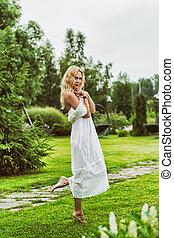 gyönyörű, fárasztó, nő, fiatal, hosszú, white ruha