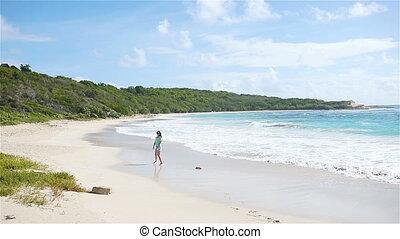 gyönyörű, gyalogló, nő, tengerpart, fiatal