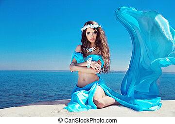 gyönyörű, kék, nő, felett, ég, fújás, feltevő, formál, ruha