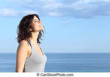 gyönyörű, leány, lélegzés, tengerpart, mosolygós